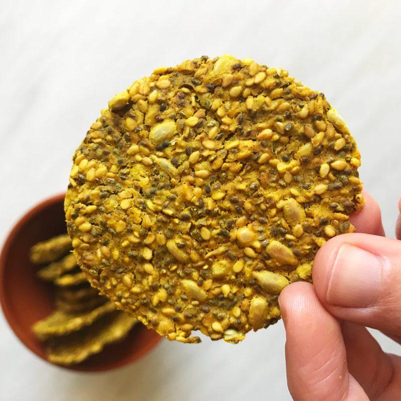 crackers saludables de cúrcuma y pimienta negra