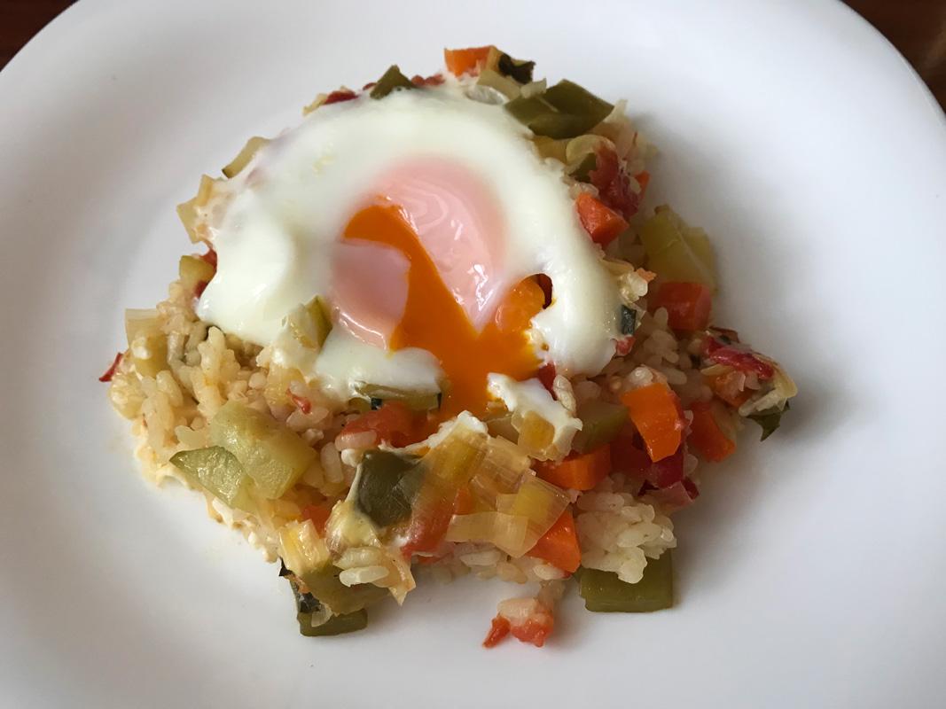 Arroz con verduras y huevo escalfado Come Vive Viaja receta
