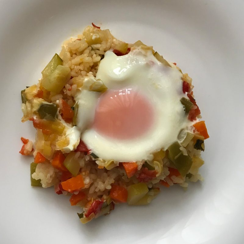 Come Vive Viaja arroz con verduritas y huevo comida plato principal