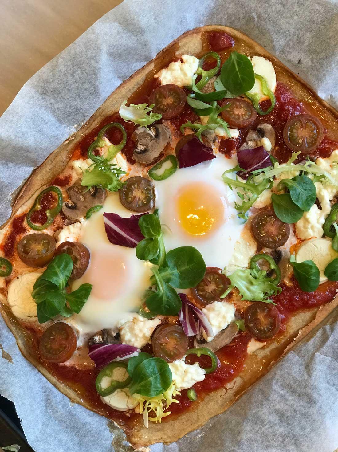 pizza con base de quinoa sin gluten Come Vive Viaja receta