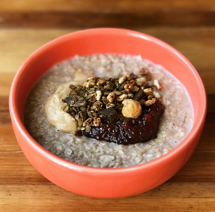 Porridge de avena toppings versátil desayuno Come Vive Viaja receta granola té matcha