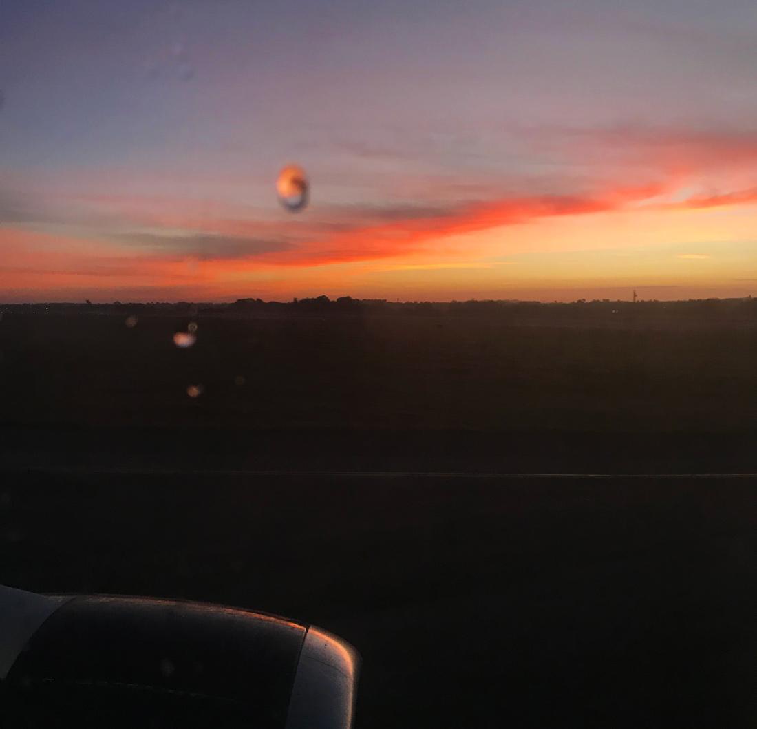 Amanecer desde el avión a Cayo Largo del Sur. Excursión de un día