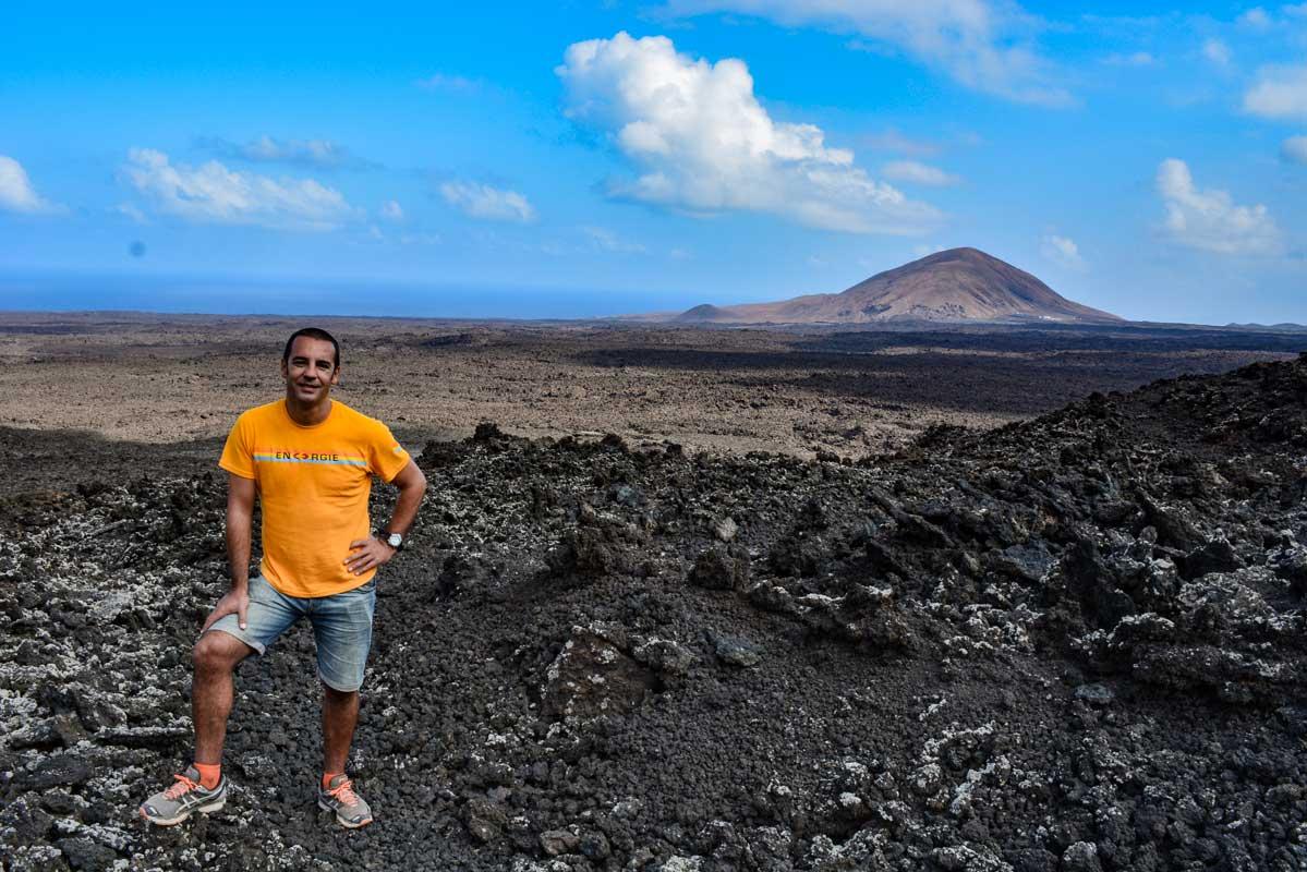 Ruta de la Caldera Blanca mar lava Lanzarote crater volcan