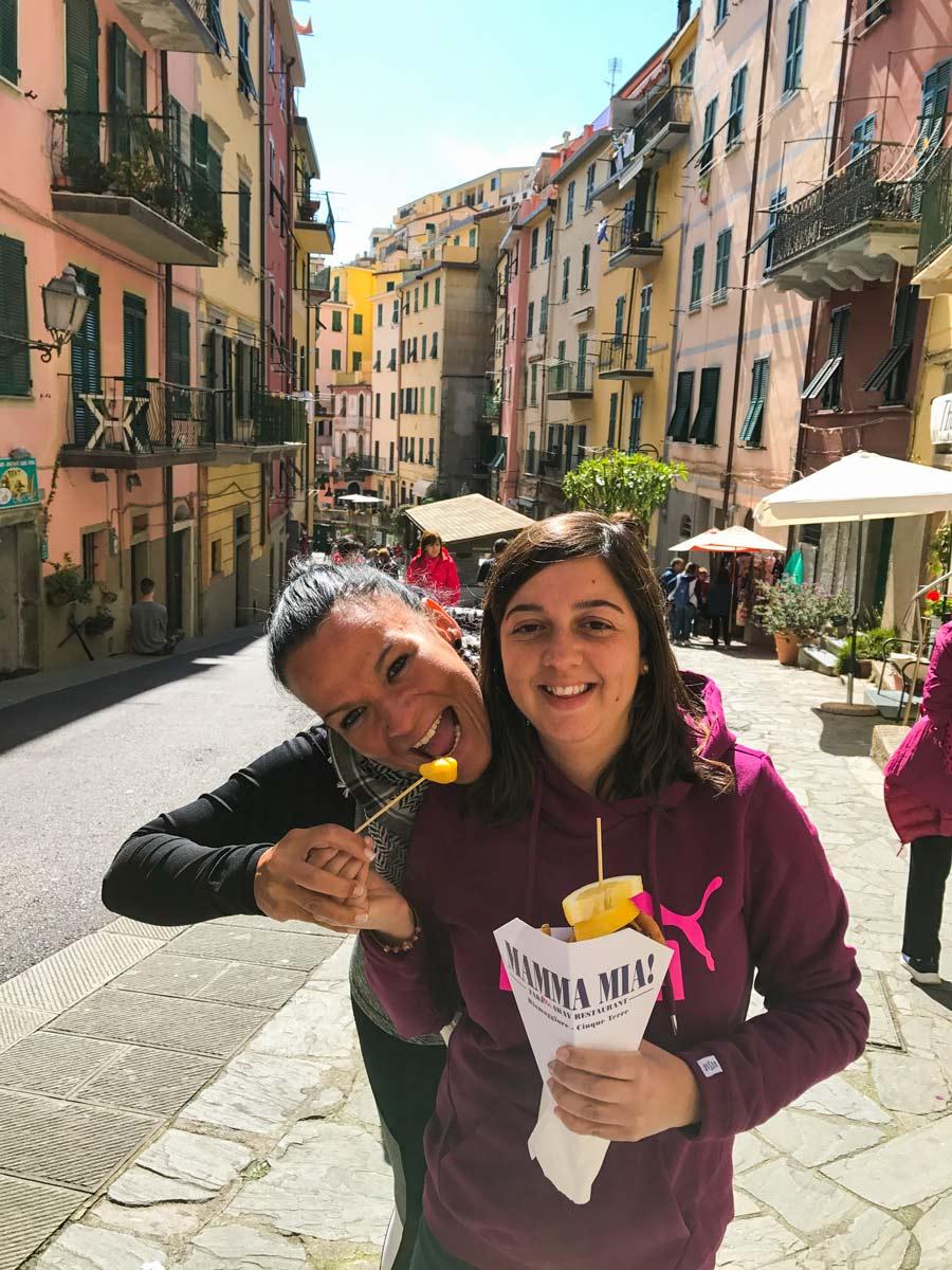 Cinque Terre. Qué ver y qué hacer. Come Vive Viaja Riomaggiore Mezzdo calle restaurantes