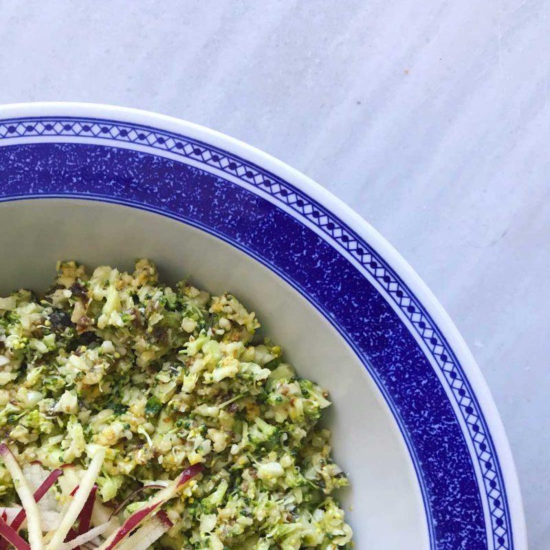 Ensalada de brócoli crudo con almendras y pasas aliño delicioso Come Vive Viaja