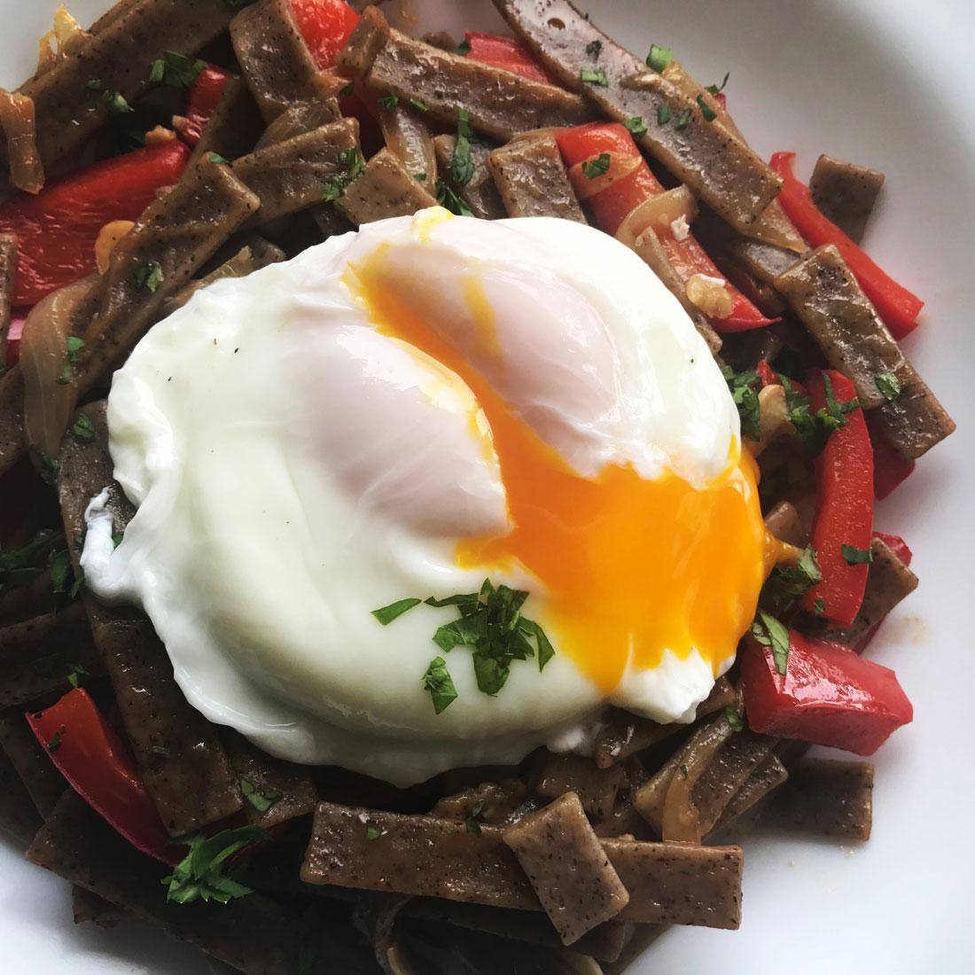 Pasta con vegetales y huevo rápida fácil rica Come Vive Viaja
