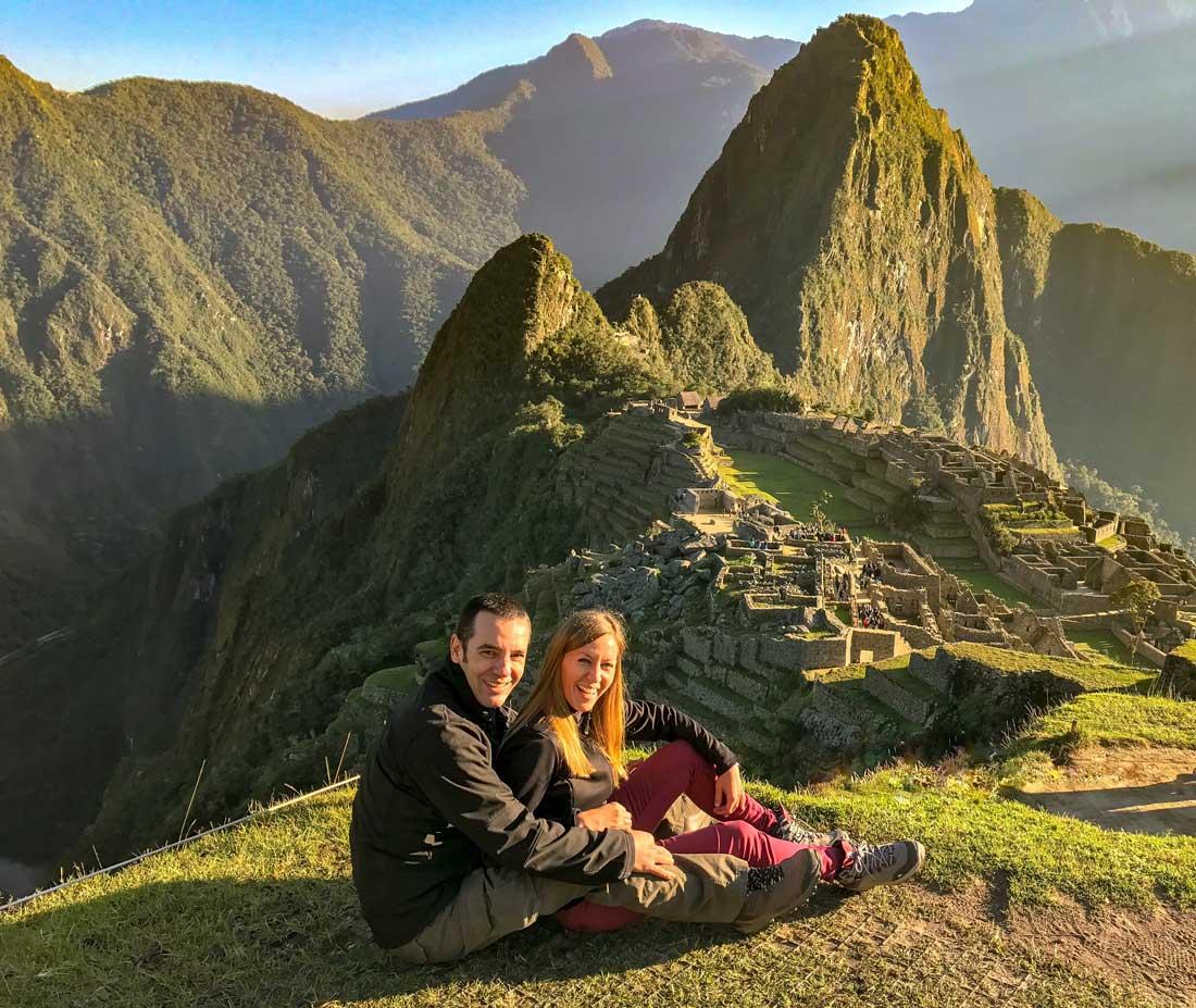 Come Vive Viaja Todo lo que necesitas saber para visitar Machu Picchu y Huayna Picchu Wayna amanecer pareja viajera