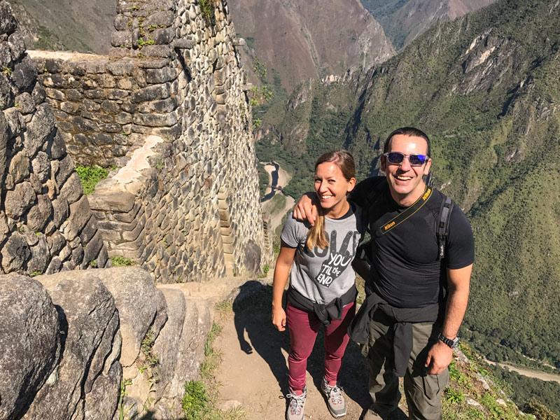 Come Vive Viaja Todo lo que necesitas saber para visitar Machu Picchu y Huayna Picchu Wayna cima couple travel