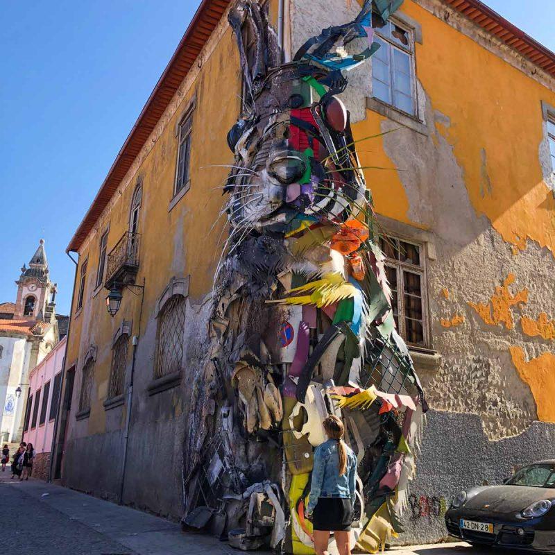 Qué ver en Oporto. Sitios Imprescindibles. Qué visitar. Escapada Conejo Escultura Gaia Arte Urbano Bordalo II blog Come Vive Viaja