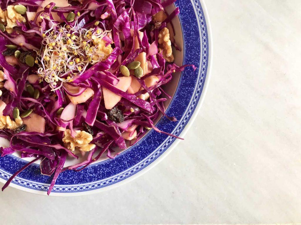 ensalada de col lombarda, manzana, frutos secos y semillas con aliño mágico