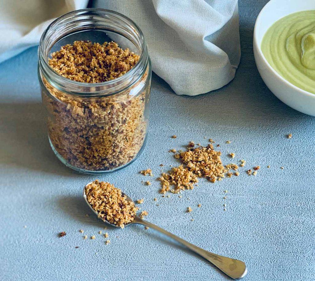 crujiente de arroz de coliflor receta topping crema ensalada