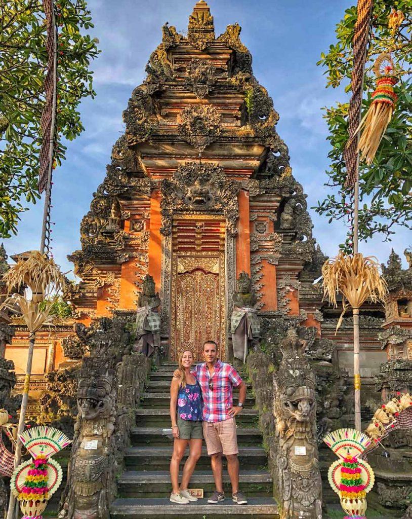 Itinerario y ruta en Indonesia por libre. Qué ver Templo Ubud Bali Puertas balinesas Come Vive Viaja pareja