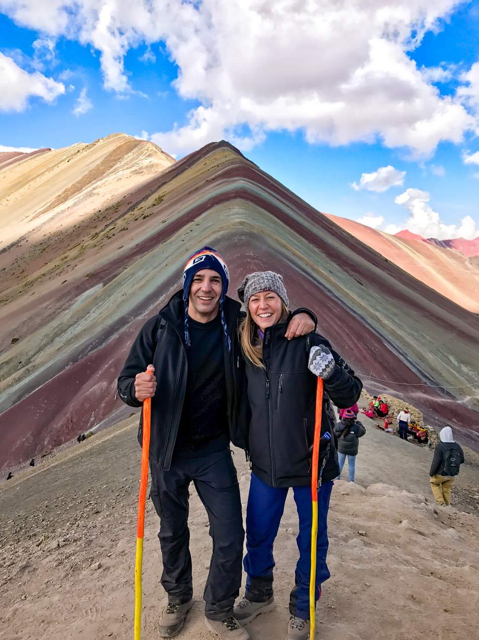 Excursión 1 día Rainbow Mountain, Montaña 7 colores, Arcoíris, Vinicunca, Colorada, Perú Red Valley cima cumbre pareja viajar