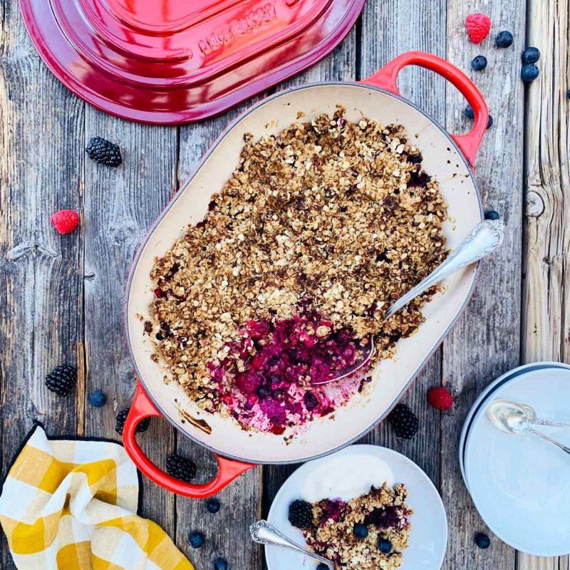 Crumble de frutos rojos saludable merienda desayuno Come Vive Viaja Le Creuset