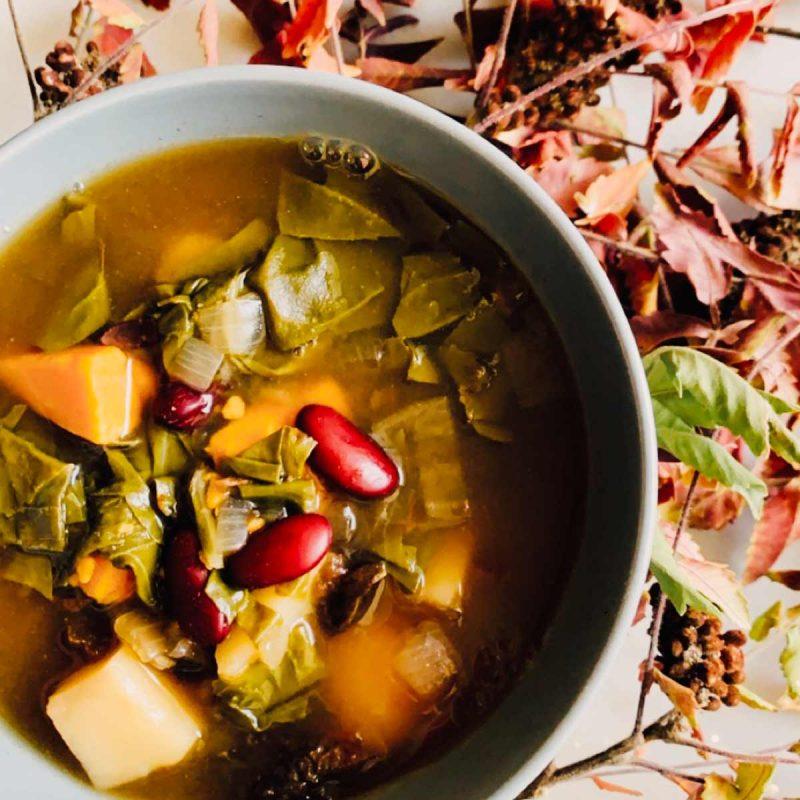 Potaje de alubias exprés rápido con boniato y hojas verdes