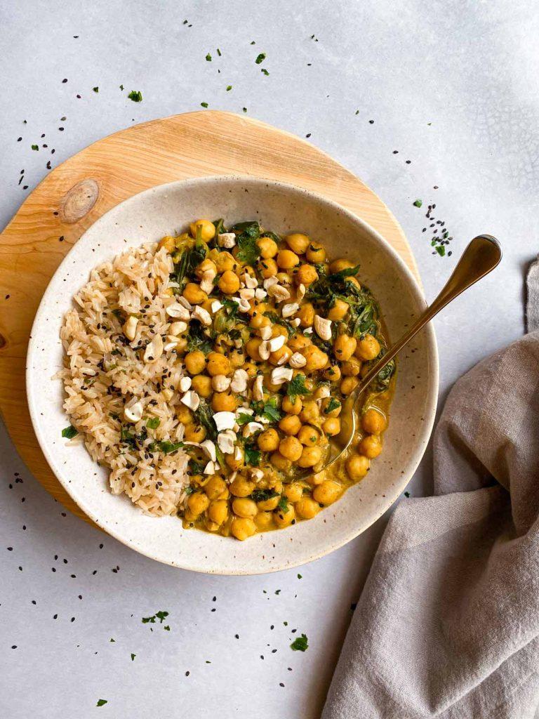 curry sin leche de coco de garbanzos y espinacas. guiso. Come Vive Viaja