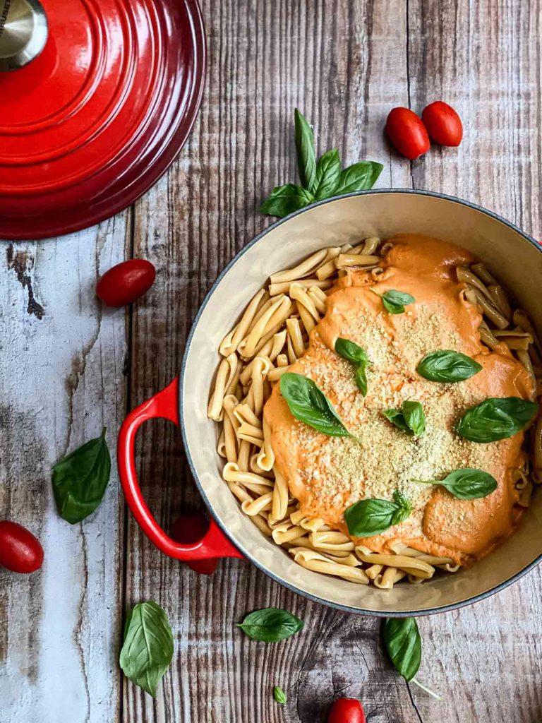 Pasta con salsa cremodsa de anacardos y tomate