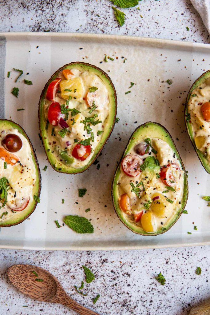 Aguacates rellenos de mango, tomate y veganesa