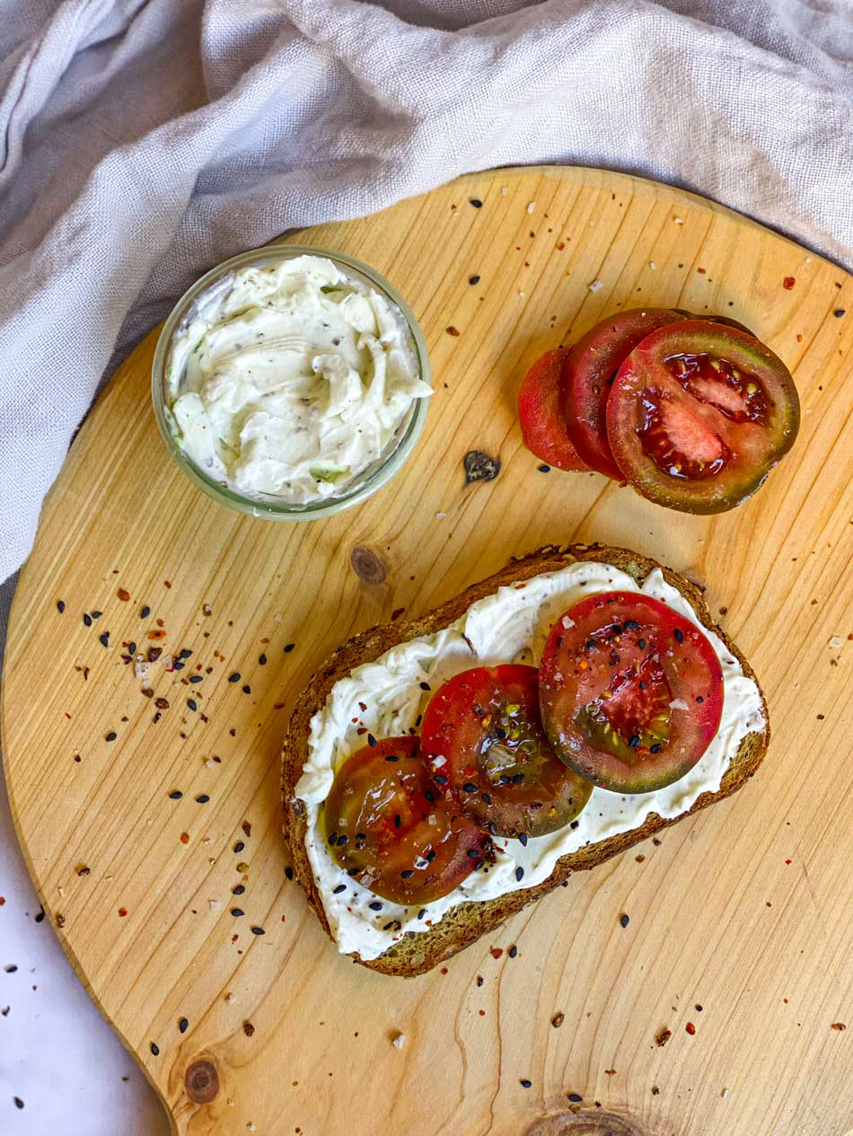 Tostada con queso de anacardos y tomate
